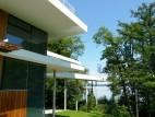 Aussichtssteg: Der Museumsbau besitzt einen Aussichtssteg, der direkt über die Wasseroberfläche führt